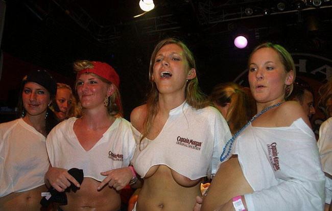 【ヌード画像】濡れて透ける服のナンバーワンはTシャツであると信じて疑わない僕が集めたTシャツ透けエロ画像集です!(50枚) 39