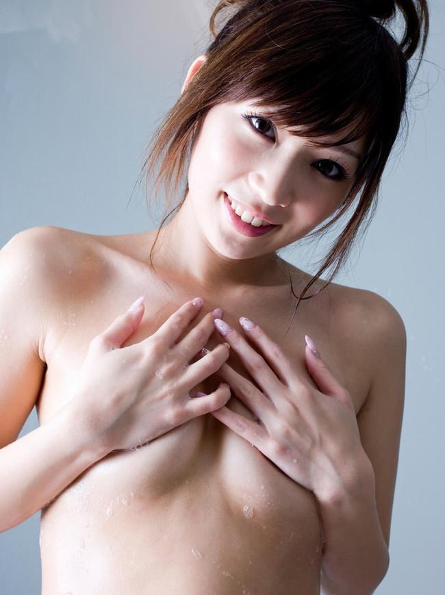 【ヌード画像】隠してんだか見られたいんだか・・・ww的なおっぱいを手ブラ・指ブラでギリ隠しているおっぱい画像を集めてみました!(50枚) 11