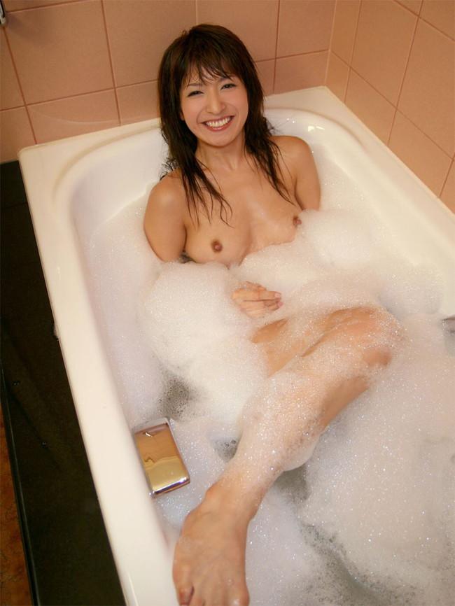 【ヌード画像】お風呂で泡だらけのヌード画像ってヌルヌルで最高にエロいぃ!手が触ろうと自然に伸びてしまう泡泡エロ画像集(50枚) 37