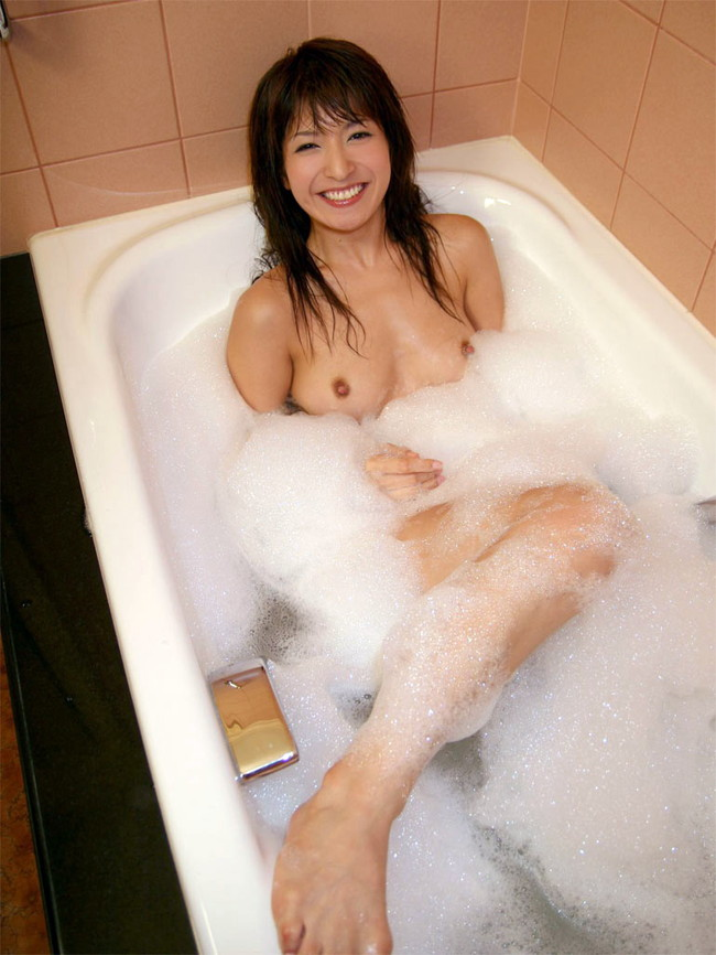 【ヌード画像】お風呂で泡だらけのヌード画像ってヌルヌルで最高にエロいぃ!手が触ろうと自然に伸びてしまう泡泡エロ画像集(50枚) 48