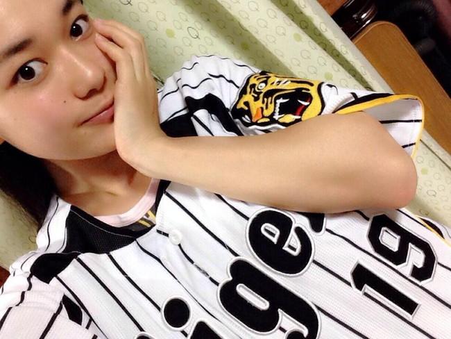 【ヌード画像】女の子が野球のユニフォーム着ると想像以上にエロくなるという事を女性自身はまだ知らないのだろうか?野球ユニのセクシー画像(50枚) 19