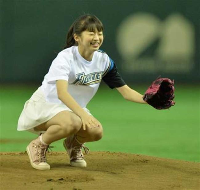 【ヌード画像】女の子が野球のユニフォーム着ると想像以上にエロくなるという事を女性自身はまだ知らないのだろうか?野球ユニのセクシー画像(50枚) 34