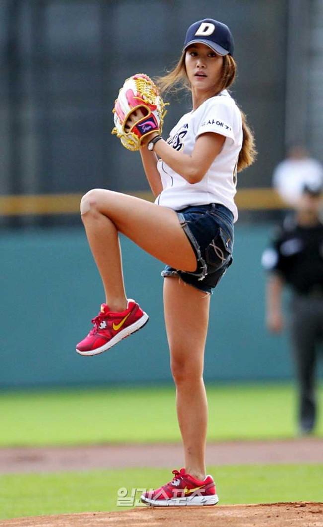 【ヌード画像】女の子が野球のユニフォーム着ると想像以上にエロくなるという事を女性自身はまだ知らないのだろうか?野球ユニのセクシー画像(50枚) 43
