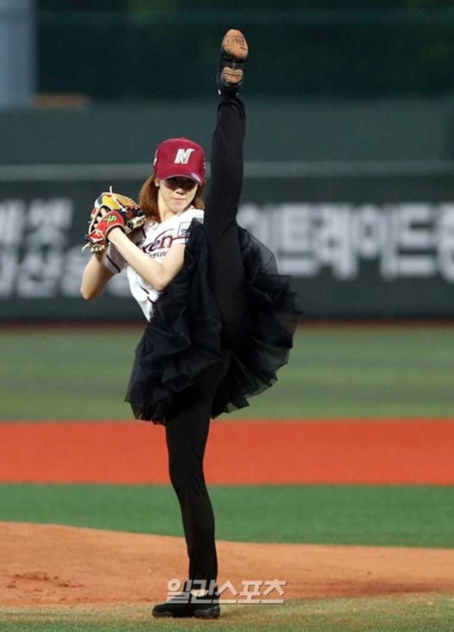 【ヌード画像】女の子が野球のユニフォーム着ると想像以上にエロくなるという事を女性自身はまだ知らないのだろうか?野球ユニのセクシー画像(50枚) 44