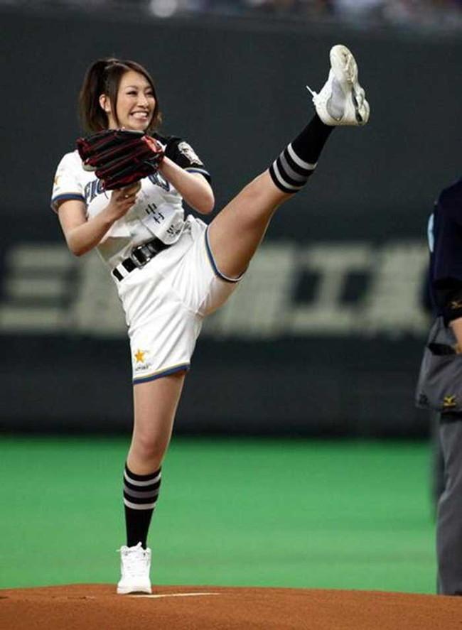 【ヌード画像】女の子が野球のユニフォーム着ると想像以上にエロくなるという事を女性自身はまだ知らないのだろうか?野球ユニのセクシー画像(50枚) 46