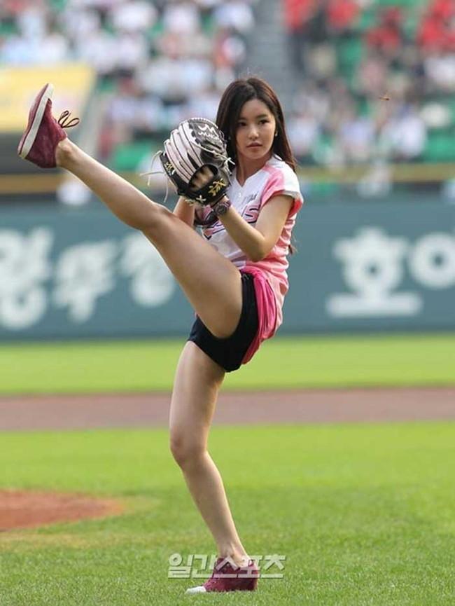 【ヌード画像】女の子が野球のユニフォーム着ると想像以上にエロくなるという事を女性自身はまだ知らないのだろうか?野球ユニのセクシー画像(50枚) 47