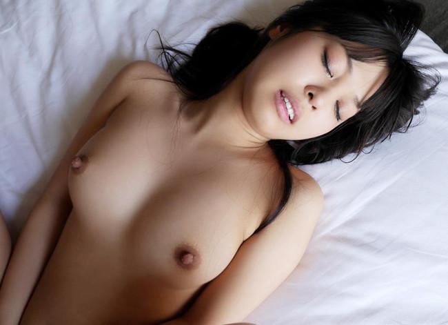【ヌード画像】エロのバロメーターである乳首ピンコ立ちがハンパない!人さし指でふるふるしたくなるビンビンの乳首画像集!(50枚) 01