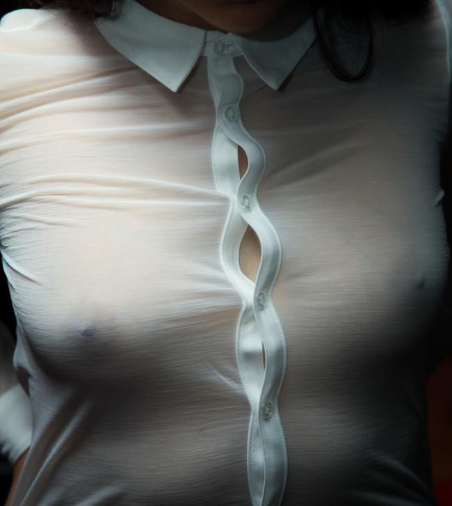 【ヌード画像】エロのバロメーターである乳首ピンコ立ちがハンパない!人さし指でふるふるしたくなるビンビンの乳首画像集!(50枚) 49