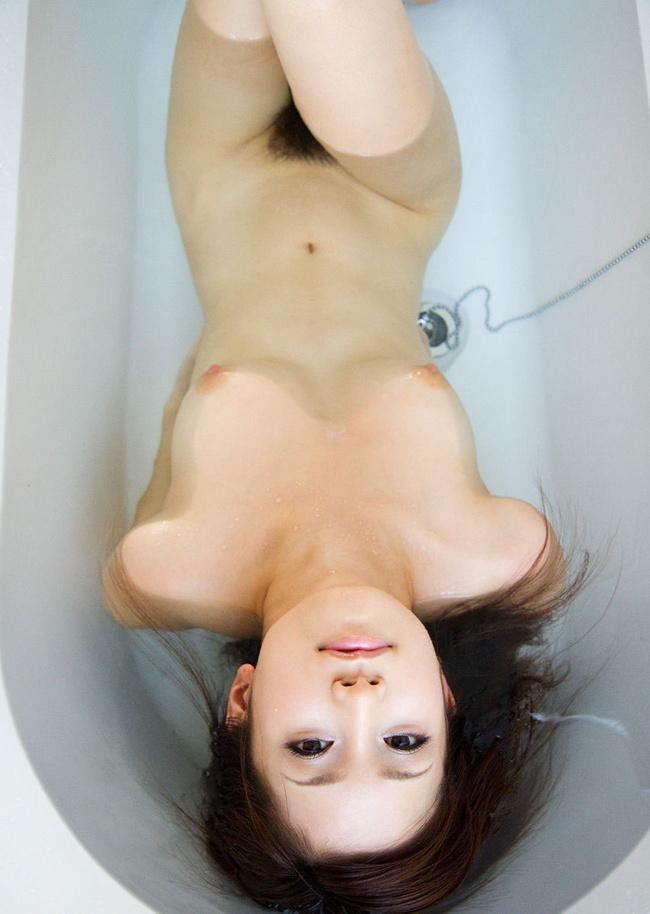【ヌード画像】シャワーやお風呂で湿った女性の裸体がエロすぎる(30枚) 15