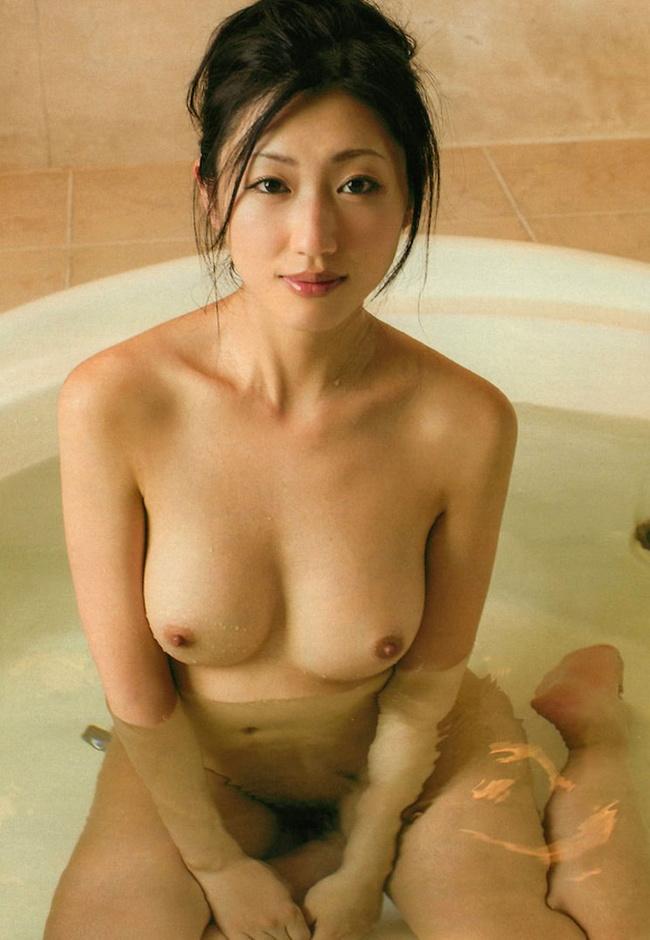 【ヌード画像】シャワーやお風呂で湿った女性の裸体がエロすぎる(30枚) 22