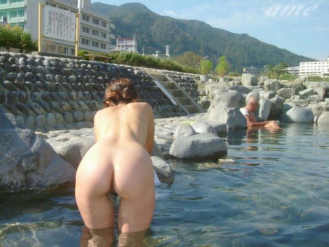 【ヌード画像】混浴露天風呂でタオルすら巻かない露出狂の素人画像(30枚) 30