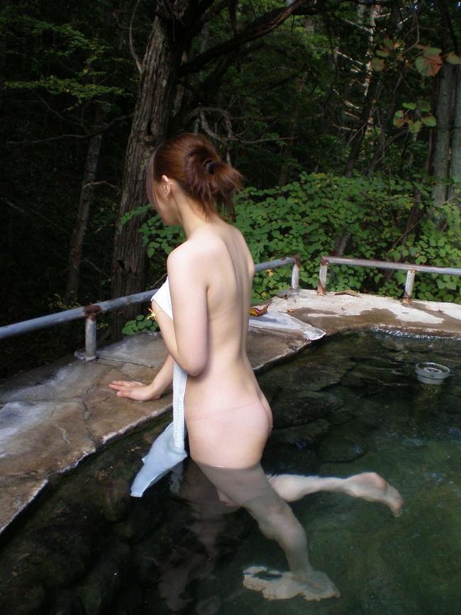 【ヌード画像】混浴露天風呂でタオルすら巻かない露出狂の素人画像(30枚) 10