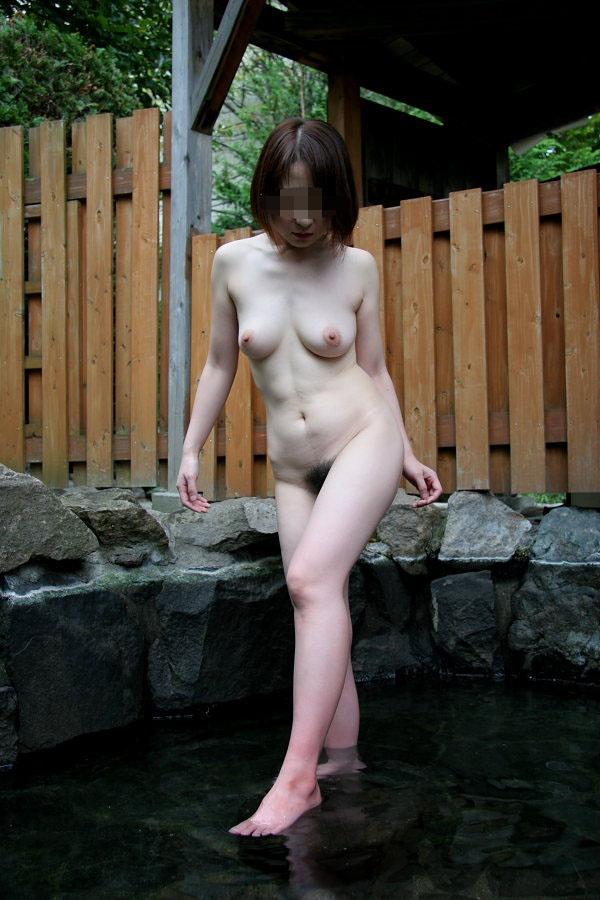 【ヌード画像】混浴露天風呂でタオルすら巻かない露出狂の素人画像(30枚) 13