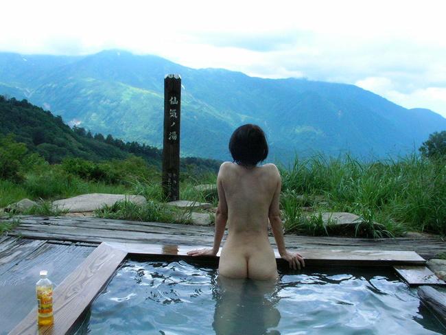 【ヌード画像】混浴露天風呂でタオルすら巻かない露出狂の素人画像(30枚) 23