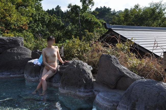 【ヌード画像】混浴露天風呂でタオルすら巻かない露出狂の素人画像(30枚) 26