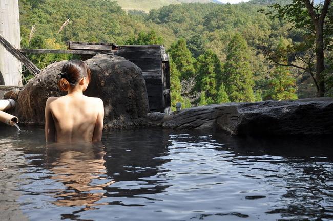 【ヌード画像】混浴露天風呂でタオルすら巻かない露出狂の素人画像(30枚) 27