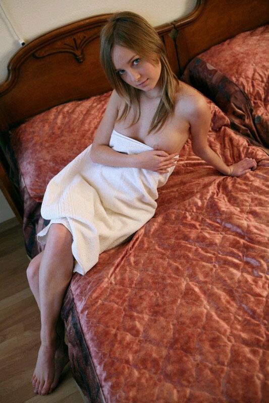 【ヌード画像】バスタオルで隠しても隠し切れない裸体とおっぱい(36枚) 06