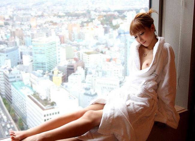 【ヌード画像】バスタオルで隠しても隠し切れない裸体とおっぱい(36枚) 29