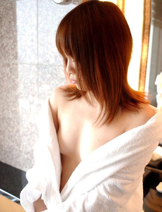 【ヌード画像】バスタオルで隠しても隠し切れない裸体とおっぱい(36枚) 32