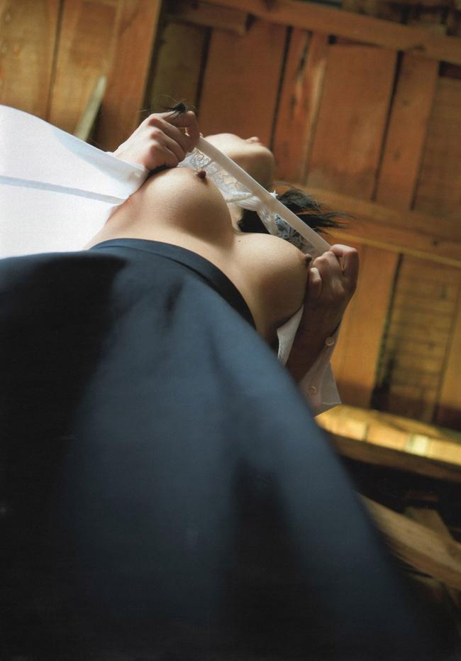 【ヌード画像】ローアングルから撮影した下乳が新鮮なエロさ(34枚) 09