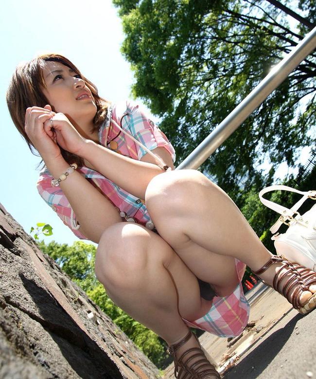 【ヌード画像】野外で中腰に座ってパンツを見せてくれてる画像(30枚) 30