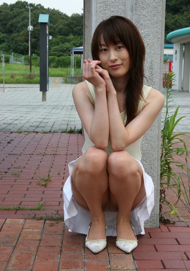 【ヌード画像】野外で中腰に座ってパンツを見せてくれてる画像(30枚) 19