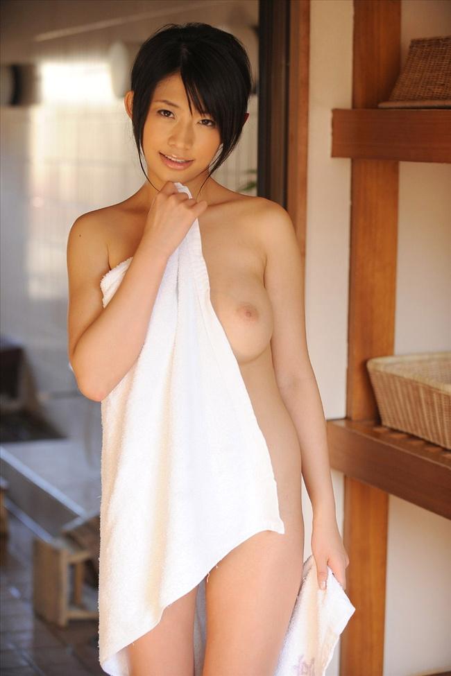 【ヌード画像】バスタオルやバスローブから覗く全裸体(30枚) 12
