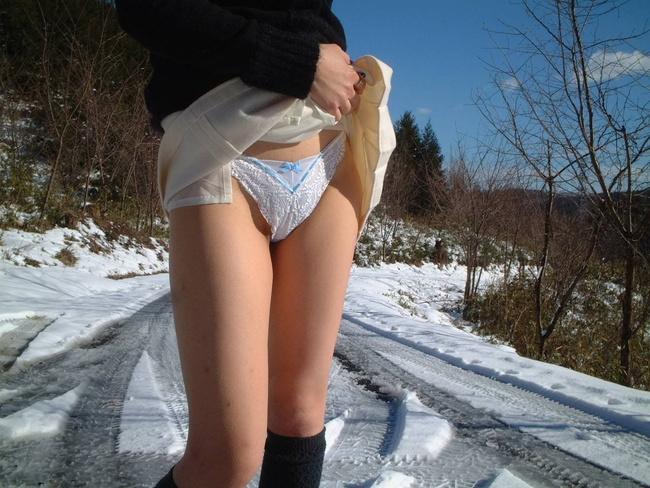 【ヌード画像】スカート捲ってくれているありがたい女の子(32枚) 32