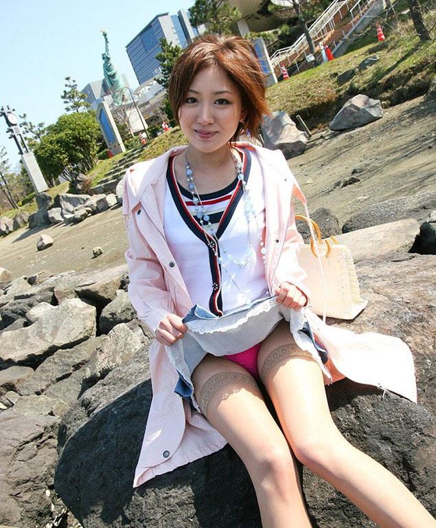 【ヌード画像】スカート捲ってくれているありがたい女の子(32枚) 01