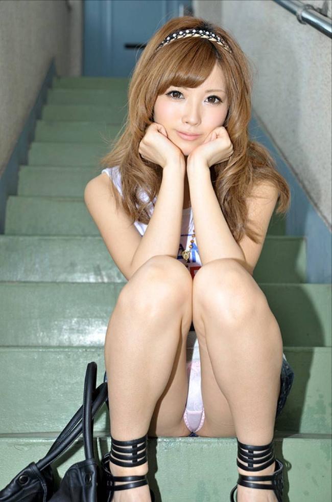 【ヌード画像】スカートで座って膝を上げるとパンモロする(31枚) 03