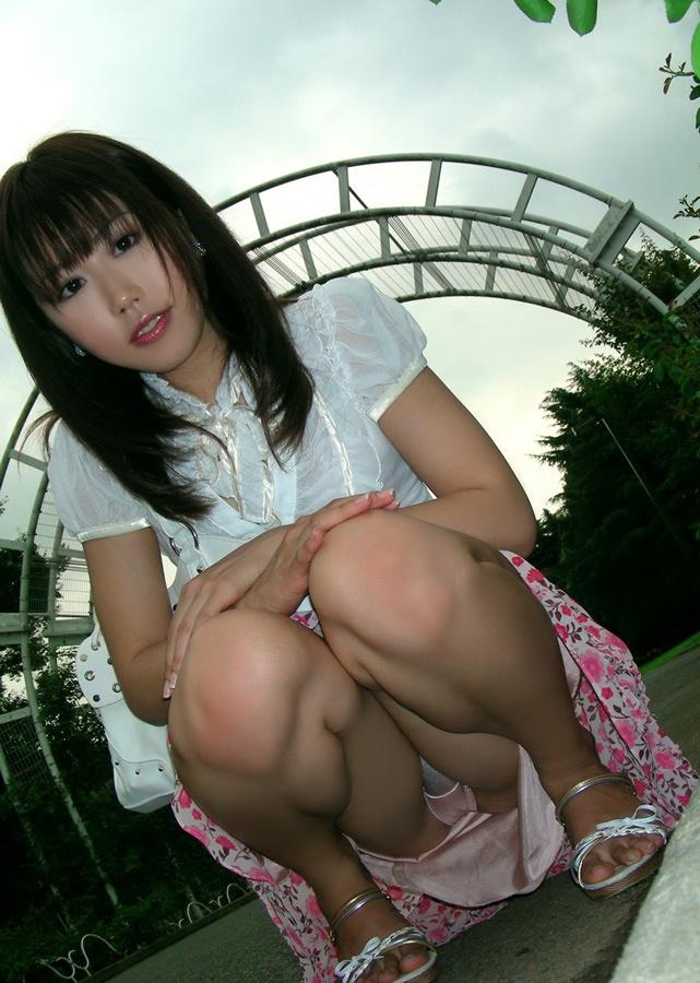 【ヌード画像】スカートで座って膝を上げるとパンモロする(31枚) 20