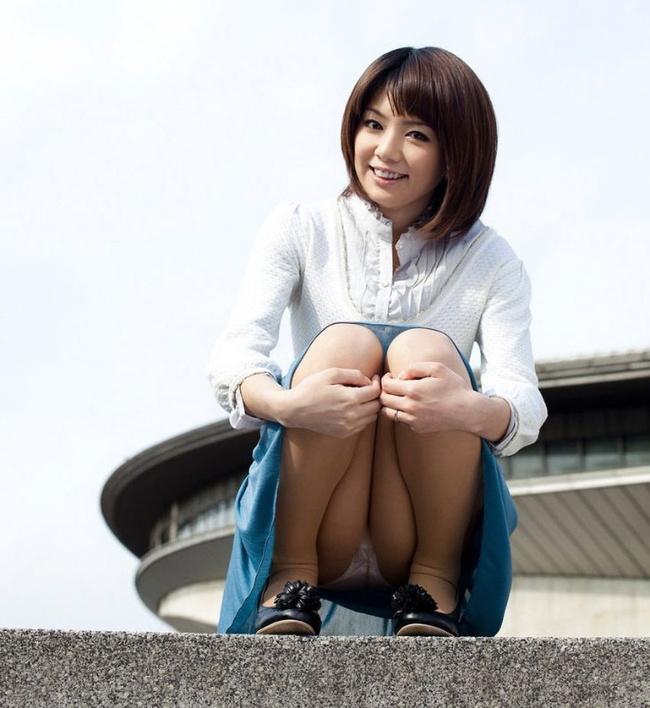 【ヌード画像】スカートで座って膝を上げるとパンモロする(31枚) 28